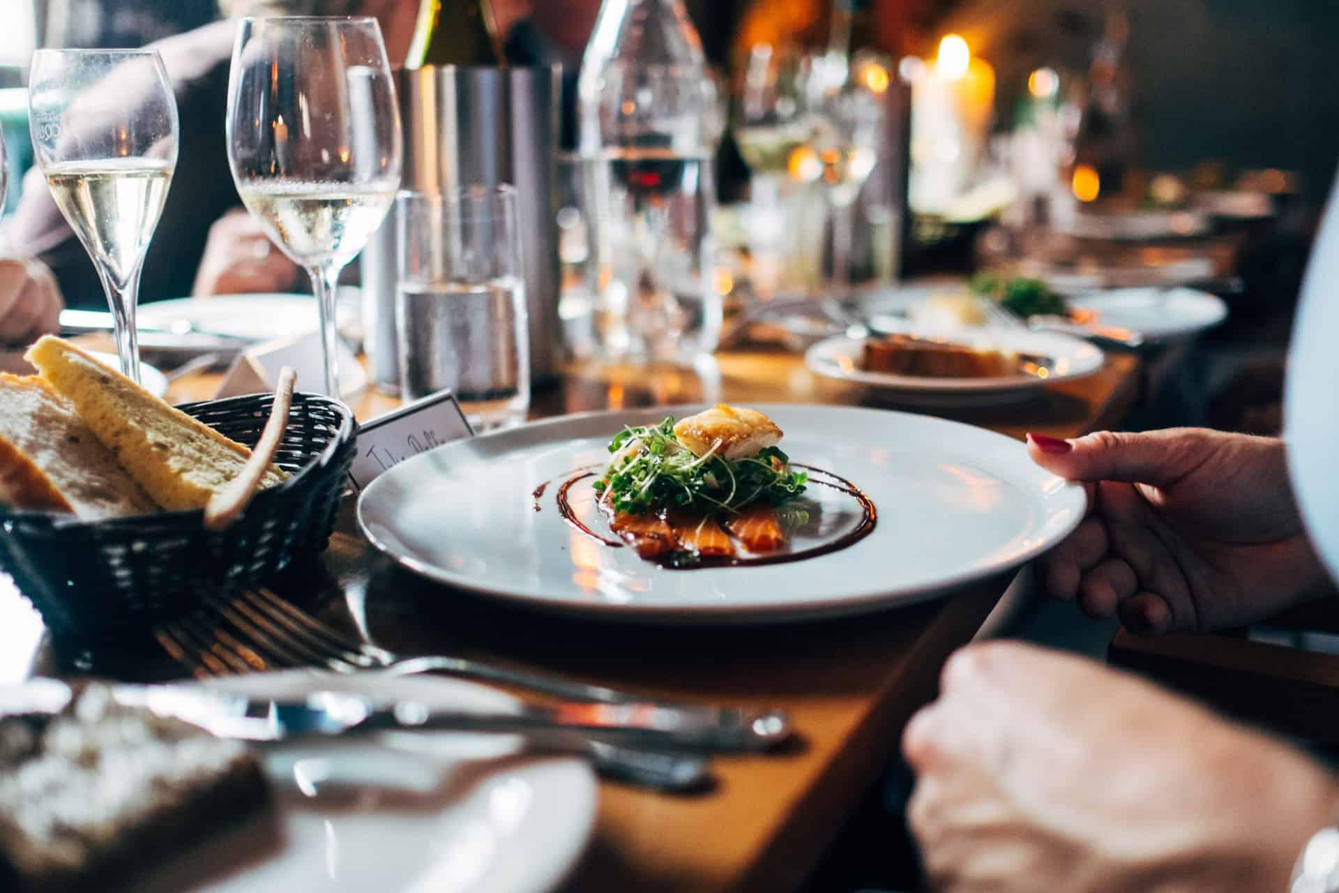 Attirez plus de clients dans votre restaurant sur Google My Business Avez-vous déjà créé une page Google My Business (GMB) pour votre restaurant ? Si ce n'est pas le cas, vous êtes en train de passer à côté de quelque chose d'important !  Google My Business est l'une des meilleures plateformes sociales disponibles en ligne pour les restaurants. Un profil GMB optimisé apparaîtra en tête des recherches locales sur Google. Et comme les gens utilisent fréquemment Google pour trouver des restaurants locaux, ce type d'exposition est plus précieux que jamais.  Mais que faire si vous avez créé une page GMB pour votre restaurant et que vous ne savez pas comment l'optimiser ? Pas de problème ! Dans cet article, nous vous guidons dans les principales étapes